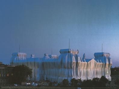 Christo und Jeanne-Claude Reichstag Ost-und Nordfassade in Abenddaemmerung