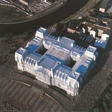 Christo und Jeanne-Claude Reichstag Luftaufnahme von West nach Ost