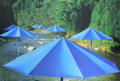 Christo und Jeanne-Claude Umbrellas Blau Nr. 16