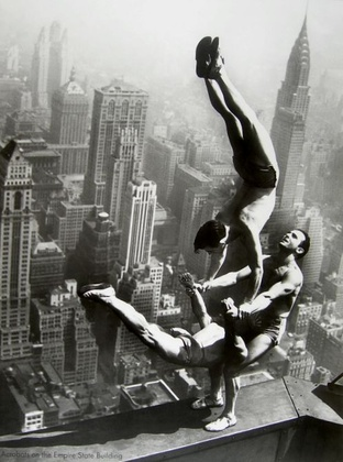 unbekannt Acrobats on the Empire State Building